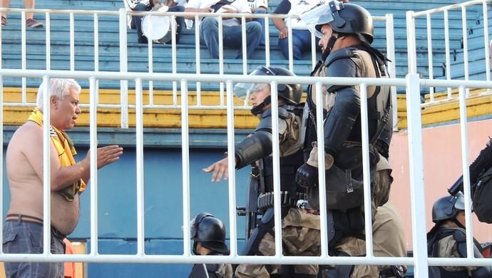 Confusão torcida Ponte Preta (Foto: Renan Koerich)