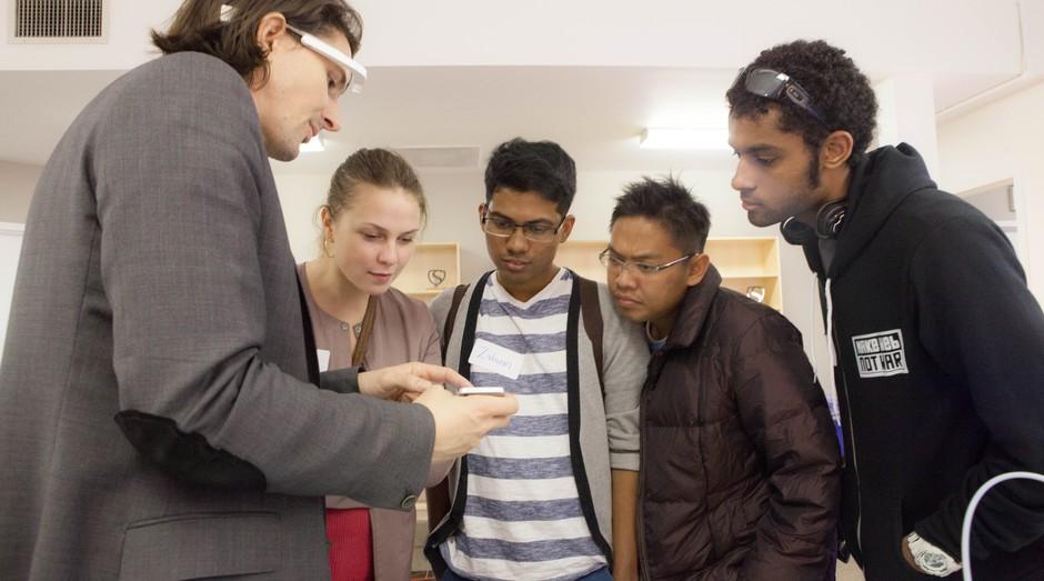 Rob Nail, CEO da Singularity University recebe jovens visitantes no campus da universidade (Foto: Divulgação)