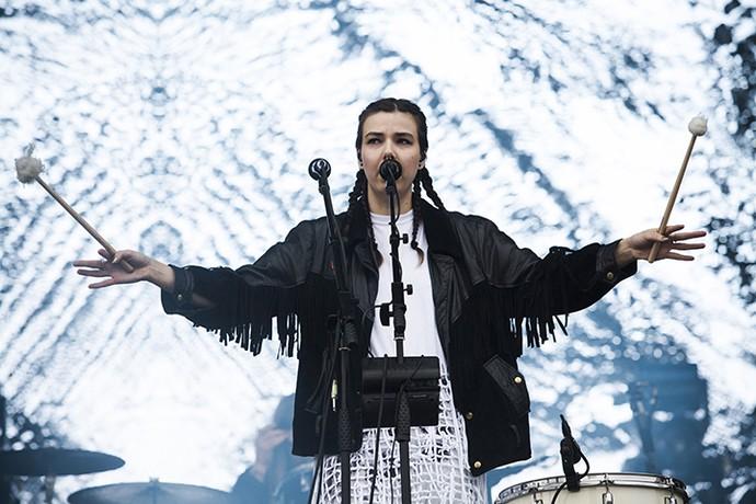 Nanna, do OMAM, tem um quê de Björk quando toca bumbo (Foto: Raphael Dias/Gshow)