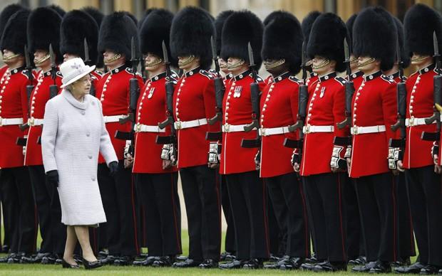Rainha Elizabeth e os guardas (Foto: Getty Images)