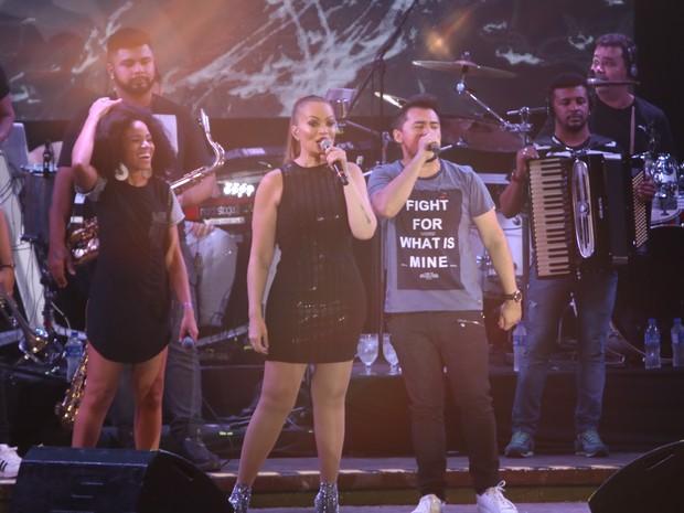 Solange Almeida e Xand, do Aviões do Forró, em show na Zona Oeste do Rio (Foto: Fred Pontes/ Divulgação)