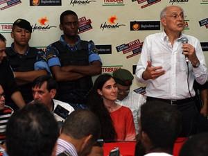 Senador Eduardo Suplicy tentou mediar mesa (Foto: Egi Santana/ G1)