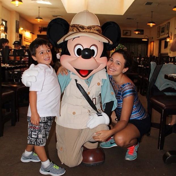 Juliana Knust e o filho Matheus, na Disney (Foto: Reprodução do Instagram)