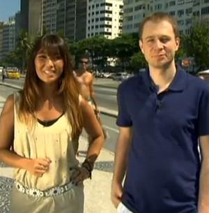 Dani Suzuki e Tiago Leifert na praia de Copacabana (Foto: Reprodução/ TV Globo)