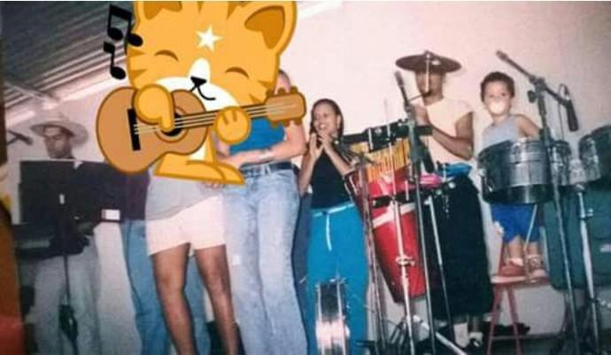 Luan Douglas tocando bateria com 3 anos idade (Foto: Arquivo Pessoal)
