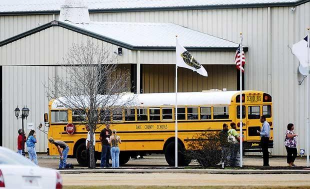 Policiais cercam nesta quarta-feira (30) o ônibus em que ocorreu o incidente no Alabama (Foto: AP)