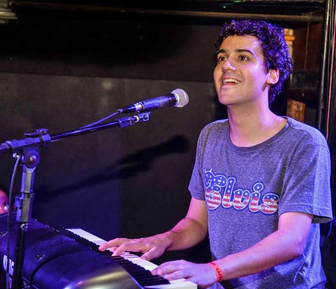 George Sauma é vocalista e tecladista da banda 'Choque do Magriça' (Foto: Arquivo Pessoal)