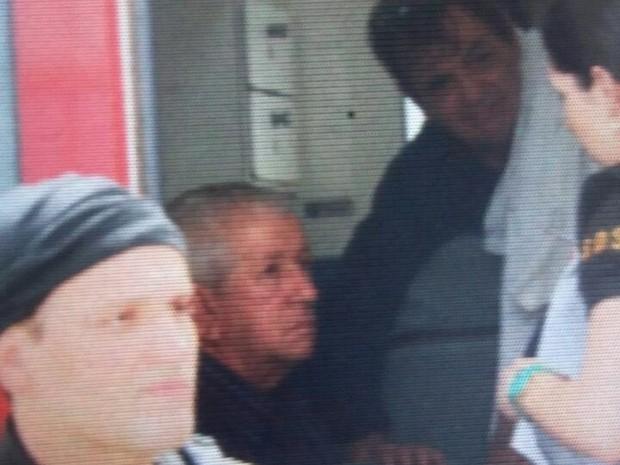 Prefeito de Catende dentro da ambulância (Foto: Bruno Fontes/TV Globo)