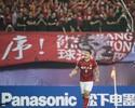 Elkeson faz golaço, garante título da Ásia e põe time de Felipão no Mundial