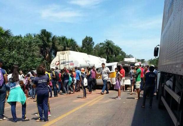 População acompanhou o resgate das crianças após acidente na BR-153 (Foto: Phablo Martins/TV Anhanguera)