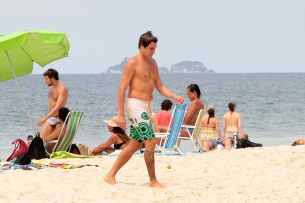 Felipe Dylon na praia de Ipanema (Foto: AgNews / AgNews)