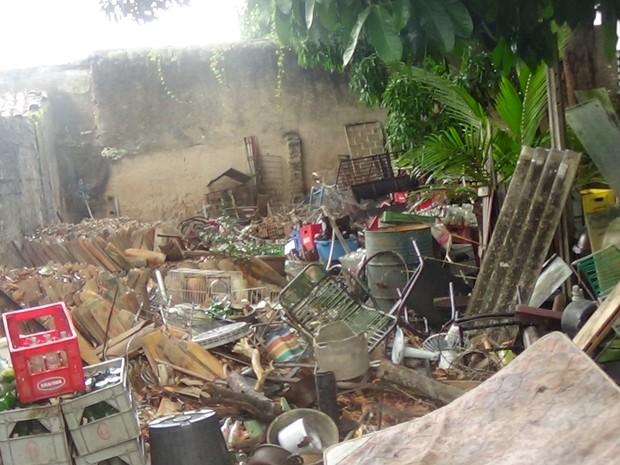 Morador acumula resíduos em toda a casa e muitos do materias têm água parada. (Foto: Ascom / Slum-AL)