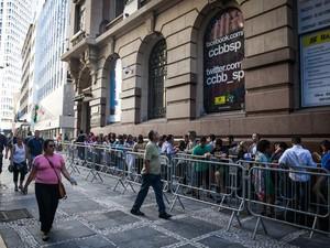 Abertura da exposição sobre o pintor Picasso no Centro Cultural Banco do Brasil (CCBB), no Centro de São Paulo. Pessoas formaram fila para serem as primeiras a ver a mostra (Foto: Fábio Tito/G1)