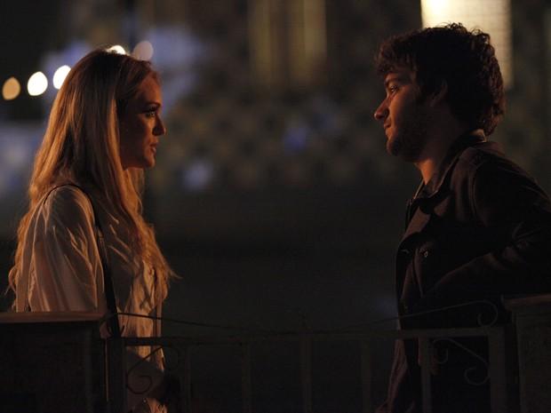 Megan e Davi conversam na maior intimidade (Foto: Raphael Dias/TV Globo)