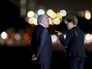 19/08 - A presidente Dilma Rousseff e o vice Michel Temer conversam no Palácio da Alvorada (Foto: Ueslei Marcelino/Reuters)