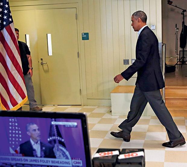 ESCALDADO Obama, na segunda-feira 18, na Casa Branca, antes de falar sobre Ferguson. Ele não quer dividir  ainda mais os EUA (Foto: Kevin Lamarque / Reuters)
