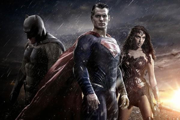 Ben Affleck, Henry Cavill e Gal Gadot em cartaz de Batman Vs. Superman: A Origem da Justiça (2016) (Foto: Divulgação)