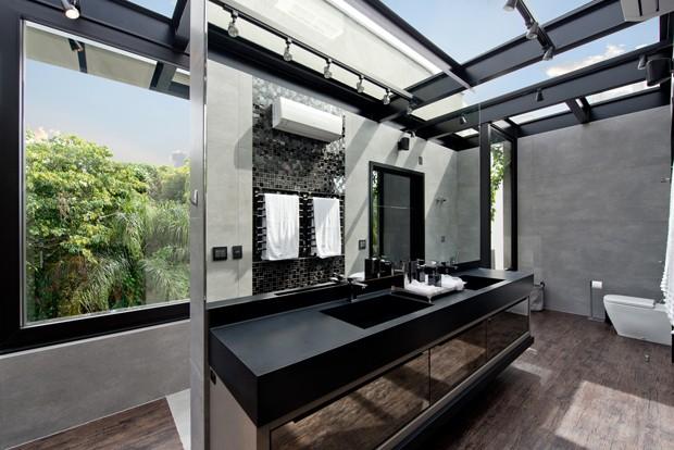 Casa de 1.600 metros quadrados é toda feita com paredes de vidro (Foto: Lio Simas)