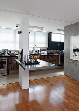 A parede que separava a sala de jantar da cozinha foi derrubada. Restou uma coluna estrutural, que foi aproveitada para criar uma mesa de apoio (Foto: Lufe Gomes/Casa e Jardim)