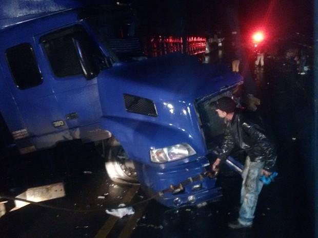 Testemunhas informaram à PRE que chovia e havia uma forte neblina no local no momento do acidente entre os dois veículos (Foto: PRE/Divulgação)