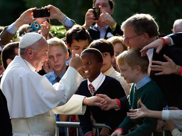 O Papa Francisco cumprimenta crianças ao seguir para o Capitólio dos EUA nesta quinta-feira (24) (Foto: Cliff Owen/AP)