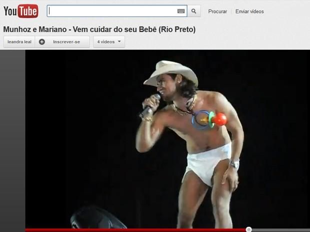 Vídeo de fã mostra o cantor Munhoz de fralda em show em São José do Rio Preto (SP) (Foto: Reprodução/Youtube)