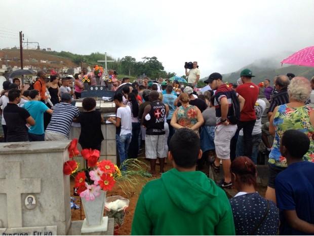 Felipe Moreira, de 24 anos, foi enterrado com muita comoção (Foto: Caio Rocha/TV Rio Sul)
