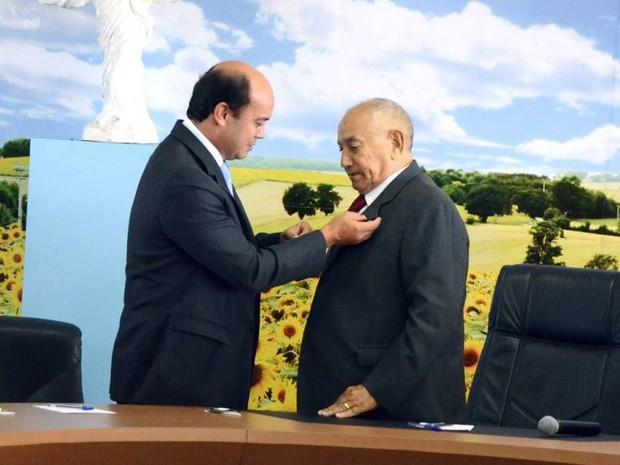 Durante solenidade, presidente da Assembleia Legislativa, Sandoval Cardoso, transmite cargo a Siqueira Campos (Foto: Luciano Ribeiro/ATN)