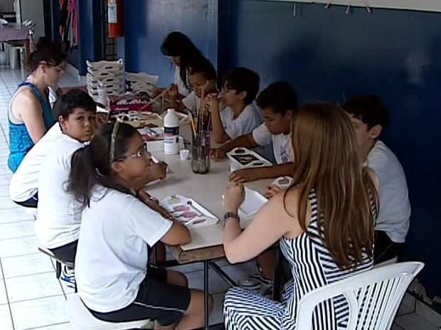 Bazar é montado para ajudar casa de apoio a crianças em Uberlândia (Foto: Reprodução/TV Integração)