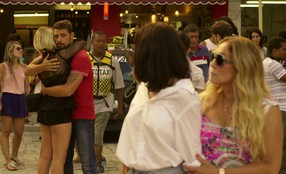 Belisa parabeniza Juliano e faz declaração de amor na frente de Tóia