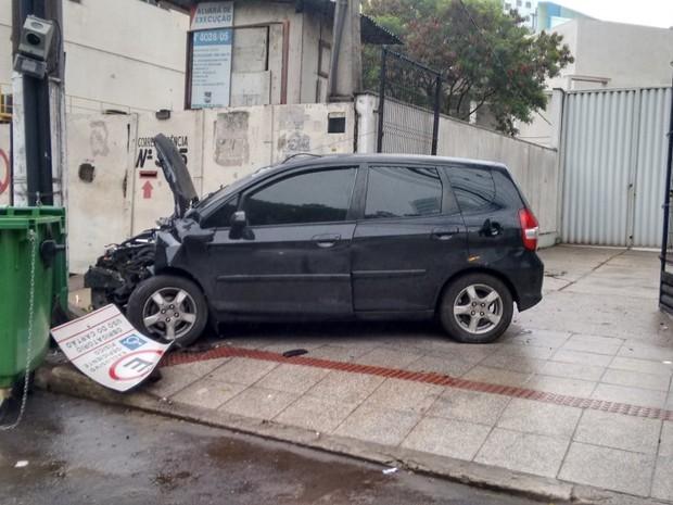 Carro foi abandono no local pelo motorista  (Foto: Laila Magesk/ Arquivo Pessoal)