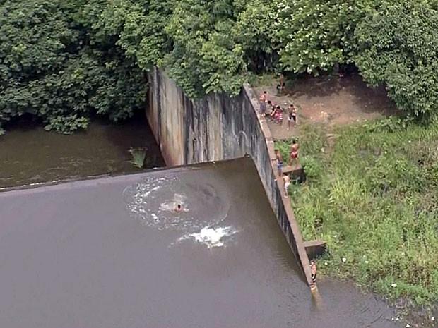 Grupo é flagrado tomando banho em barragem de Pernambuco (Foto: Reprodução / TV Globo)