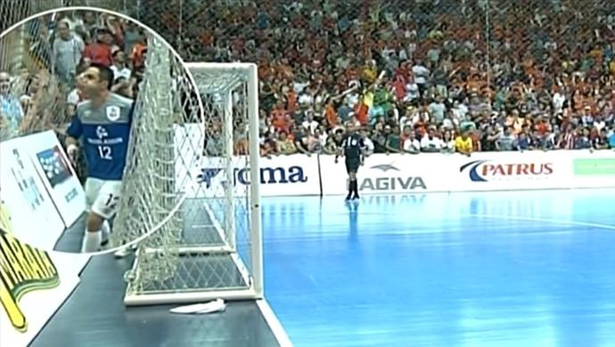 Falcão cospe em torcedores, Falcão, cuspe, LNF, Carlos Barbosa, Sorocaba (Foto: Reprodução / SporTV)