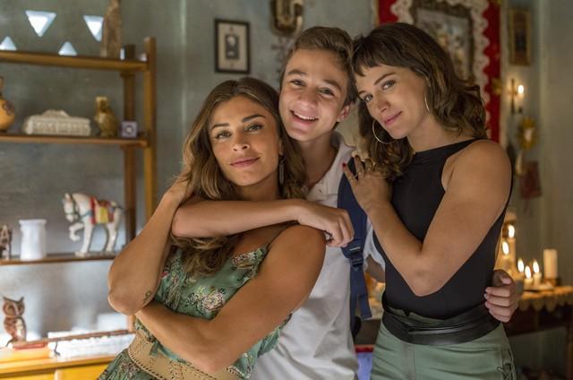 Grazi Massafera e Bianca Bin posam com Vitor Figueiredo nos bastidores de 'O outro lado do paraíso' (Foto: Globo/Marília Cabral)