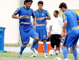 Loco Abreu no treino do Botafogo (Foto: Marcos Tristão / Ag. O Globo)
