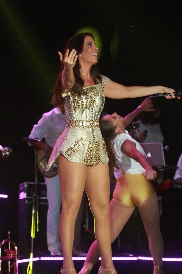 Com vestidinho, Ivete exibe pernas em Salvador (Foto: Fred Pontes / Divulgação)