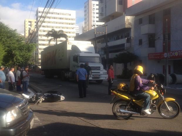 Um acidente envolvendo um caminhão e uma moto deixou 10 semáforos desligado na Avenida Antônio Sales, em Fortaleza, na manhã desta terça-feira (4). De acordo com a Autarquia Municipal de Trânsito (AMC), o caminhão arrastou os fios de energia existentes no (Foto: Eveline Frota/TV Verdes Mares)