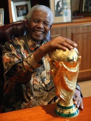 Mandela taça copa do mundo (Foto: AP)
