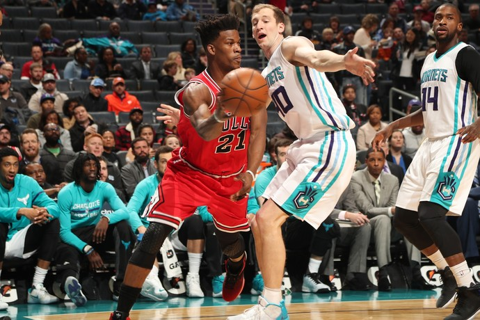 Jimmy Butler no jogo do Chicago Bulls contra o Charlotte Hornets (Foto: Getty Images)