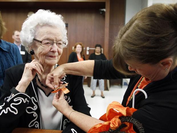 Audrey Crabtree sorri ao receber um broche da escola na cerimônia de sua 'formatura' (Foto: Waterloo Courier, Tiffany Rushing/AP)
