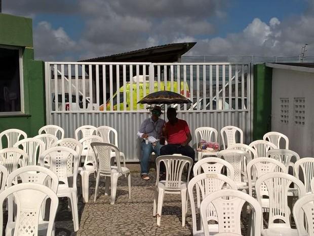 Servidores protestam na porta da Secretaria Municipal da Saúde (SMS) (Foto: Denise Gomes/TV Sergipe)