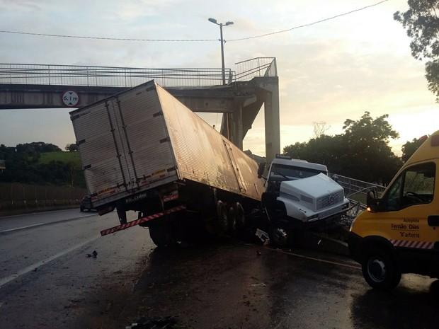 BR-381 interditada, Fernão Dias, Estiva, passarela condenada, carreta, batida (Foto: Polícia Rodoviária Federal)