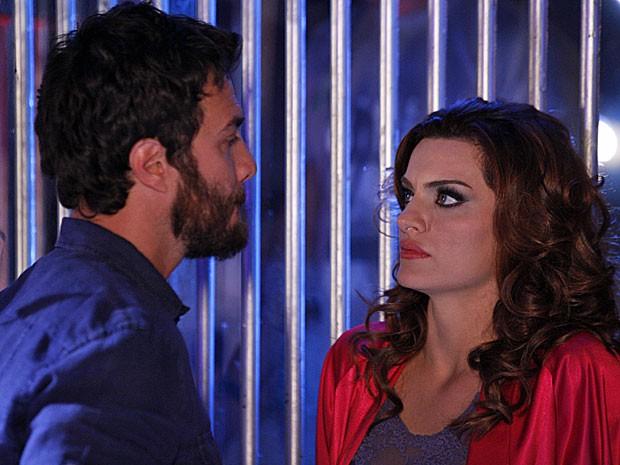 Amparo é encurralada por Rodrigo dentro da casa noturna (Foto: Amor Eterno Amor/TV Globo)