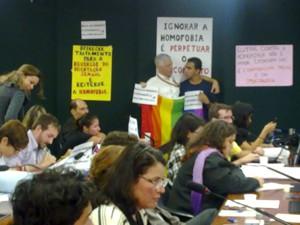 Manifestantes gays exibem cartazes contra o projeto na Câmara (Foto: Rafael dos Santos/G1)