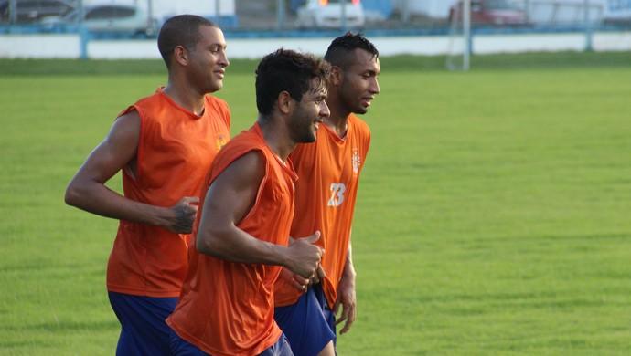 Rodrigo Fernandes (em 1º plano) e Osmar treinam no Nacional após aparecerem em lista de dispensa (Foto: Marcos Dantas)