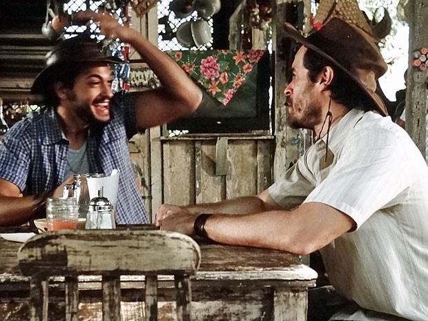 Josué fica todo animado acreditando ser o pai do filho de Valéria (Foto: Amor Eterno Amor/TV Globo)