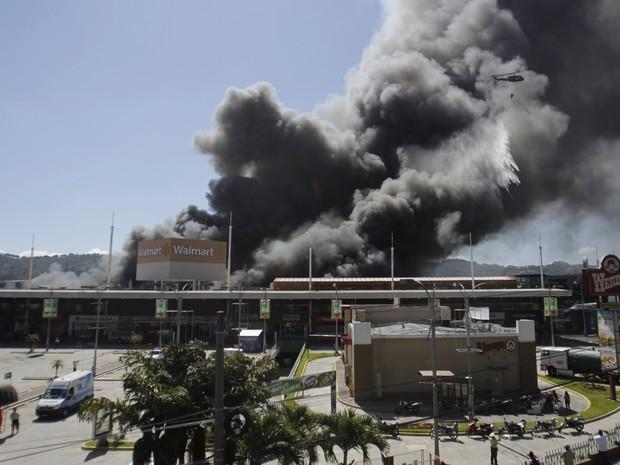 Incêndio destroi centro comercial em El Salvador (Foto: Jose Cabezas / Reuters)