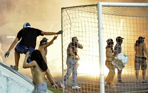 Pancadaria entre torcidas de Paok e Rapid Viena Liga Europa (Foto: Agência EFE)