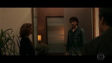 Vicente surpreende Elisa em sua casa