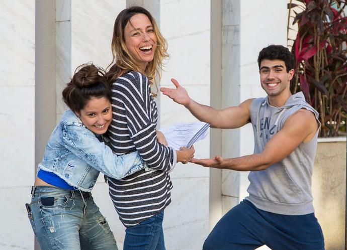 Amanda e Lahm agarram a diretora Mariana Richard no meio da gravação e fazem graça nos bastidores. Figuras, hein? (Foto: Artur Meninea/Gshow)
